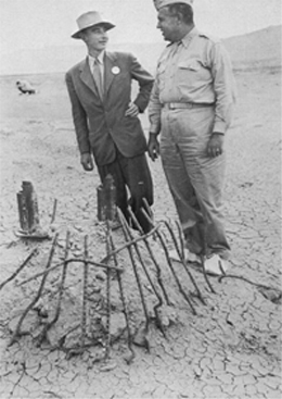 Robert Oppenheimer (left) with General Leslie R. Groves.