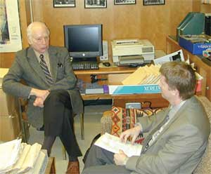APS News correspondent James Riordon chats with Steven Weinberg in his University of Texas office in Austin.